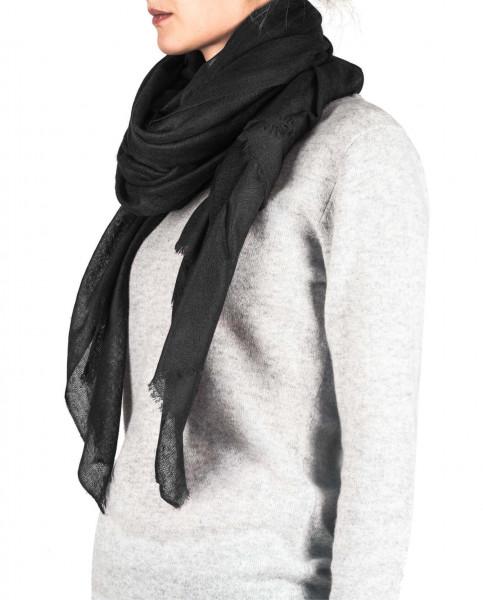 eine frau trägt einen schwarzen oversize kaschmir schal