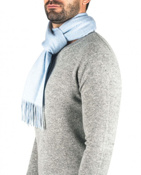 ein mann trägt einen hellblauen kaschmir schal