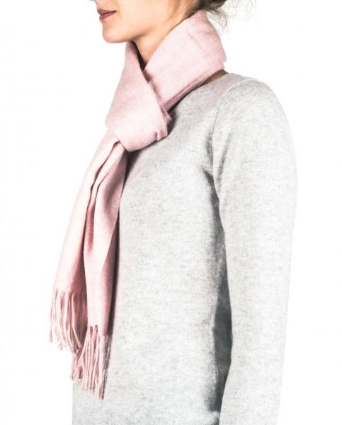 ein frau trägt einen washed rosa kaschmir schal